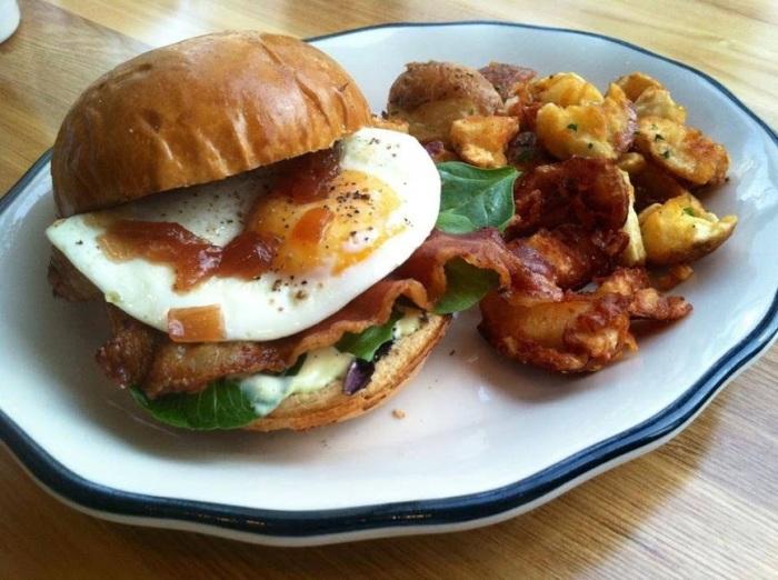 eggs breakfast sandwhich